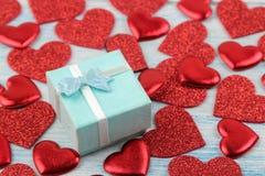 Κόκκινες καρδιές και κινηματογράφηση σε πρώτο πλάνο κιβωτίων δώρων σε ένα μπλε ξύλινο υπόβαθρο βαλεντίνος ημέρας s στοκ εικόνες