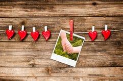 Κόκκινες καρδιές και φωτογραφία ως λαβή δύο χεριών μεταξύ τους διαθέσιμο διάνυσμα βαλεντίνων αρχείων ημέρας καρτών στοκ φωτογραφία με δικαίωμα ελεύθερης χρήσης
