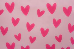 Κόκκινες καρδιές με το ρόδινο υπόβαθρο στοκ φωτογραφία με δικαίωμα ελεύθερης χρήσης