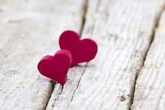 Κόκκινες καρδιές στην ξύλινη ανασκόπηση στοκ εικόνα με δικαίωμα ελεύθερης χρήσης