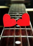 Κόκκινες καρδιές στις σειρές μιας κιθάρας Οι καρδιές είναι ένα σύμβολο της αγάπης βαλεντίνος ημέρας s Στοκ Φωτογραφίες