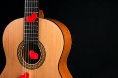 Κόκκινες καρδιές στις σειρές μιας κιθάρας Στοκ εικόνες με δικαίωμα ελεύθερης χρήσης