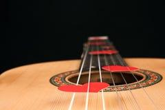 Κόκκινες καρδιές στις σειρές μιας κιθάρας Στοκ Εικόνα