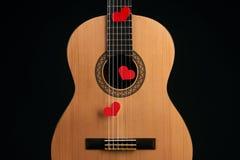 Κόκκινες καρδιές στις σειρές μιας κιθάρας Στοκ Εικόνες