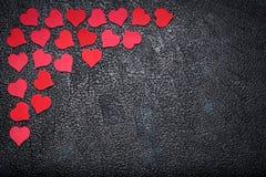 Κόκκινες καρδιές εγγράφου στο σκοτεινό υπόβαθρο με το διάστημα για το κείμενο Στοκ φωτογραφία με δικαίωμα ελεύθερης χρήσης