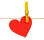 Κόκκινες καρδιές εγγράφου στο σχοινί με το clothespin στοκ φωτογραφία με δικαίωμα ελεύθερης χρήσης