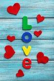 Κόκκινες καρδιές και αγάπη λέξης Στοκ φωτογραφία με δικαίωμα ελεύθερης χρήσης