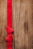 Κόκκινες καρδιές και ξύλινο υπόβαθρο πλαισίων κορδελλών για τους βαλεντίνους Στοκ φωτογραφία με δικαίωμα ελεύθερης χρήσης