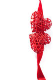 Κόκκινες καρδιές πέρα από το υπόβαθρο πλαισίων κορδελλών για τους βαλεντίνους που απομονώνεται Στοκ εικόνα με δικαίωμα ελεύθερης χρήσης