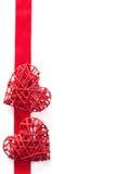 Κόκκινες καρδιές πέρα από το υπόβαθρο πλαισίων κορδελλών για τους βαλεντίνους που απομονώνεται Στοκ Εικόνα
