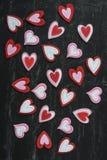 Κόκκινες καρδιές σε έναν πίνακα κιμωλίας στοκ φωτογραφίες