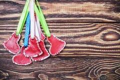 Κόκκινες καρδιές σε ένα ξύλινο υπόβαθρο στοκ εικόνα