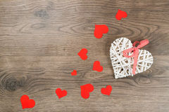 Κόκκινες καρδιές σε μια ξύλινη επιφάνεια Στοκ Εικόνα