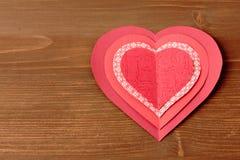 Κόκκινες καρδιές στην ξύλινη ανασκόπηση Στοκ φωτογραφία με δικαίωμα ελεύθερης χρήσης