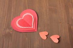 Κόκκινες καρδιές στην ξύλινη ανασκόπηση Στοκ Φωτογραφίες