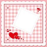 Κόκκινες καρδιές στη ρόδινη ελεγμένη πετσέτα Στοκ Φωτογραφία
