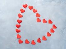 Κόκκινες καρδιές στο κατασκευασμένο υπόβαθρο άνδρας αγάπης φιλιών έννοιας στη γυναίκα Στοκ Εικόνα