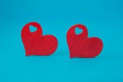Κόκκινες καρδιές στο μπλε υπόβαθρο Στοκ Εικόνες