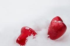Κόκκινες καρδιές στο χιόνι Στοκ Εικόνες