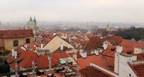 Κόκκινες κεραμωμένες στέγες των σπιτιών στην παλαιά πόλη Πράγα Στοκ Εικόνα