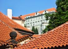 Κόκκινες κεραμωμένες τερακότα στέγες, Πράγα στοκ φωτογραφία με δικαίωμα ελεύθερης χρήσης