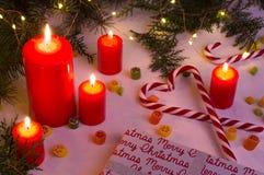 Κόκκινες κεριά και ελαφρύς-νεράιδα Χριστουγέννων στο λυκόφως Στοκ Φωτογραφίες