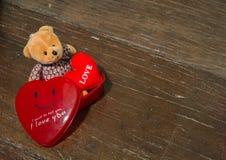 Κόκκινες κιβώτιο και μπύρα καρδιών Στοκ Εικόνες