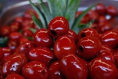 Κόκκινες κοιλαμένες ελιές Cerignola στο πετρέλαιο κοντά επάνω Στοκ φωτογραφίες με δικαίωμα ελεύθερης χρήσης