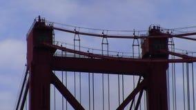 Κόκκινες κορυφή πύργων γεφυρών και suspender κινηματογράφηση σε πρώτο πλάνο καλωδίων απόθεμα βίντεο