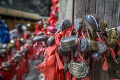 Κόκκινες κορδέλλες και κλειδαριά Στοκ Εικόνα