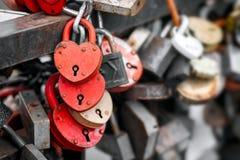 Κόκκινες κλειδαριές καρδιών Στοκ εικόνα με δικαίωμα ελεύθερης χρήσης