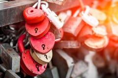 Κόκκινες κλειδαριές καρδιών Στοκ Φωτογραφίες
