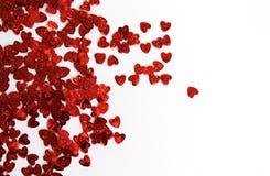 Κόκκινες λαμπρές καρδιές κομφετί σε ένα άσπρο υπόβαθρο στοκ φωτογραφίες με δικαίωμα ελεύθερης χρήσης