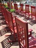 Κόκκινες λικνίζοντας καρέκλες για την απόλαυση του επικεφαλής νησιού Hilton στοκ φωτογραφία με δικαίωμα ελεύθερης χρήσης