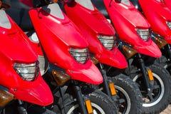 Κόκκινες μηχανικά δίκυκλα ή μοτοσικλέτες για την πώληση ή τη μίσθωση στη σειρά Στοκ Φωτογραφία