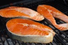 Κόκκινες μπριζόλες ψαριών σολομών στη φλεμένος σχάρα Στοκ Εικόνες