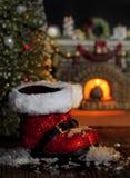 Κόκκινες μπότες Santa που λειώνουν το χιόνι Στοκ Εικόνες