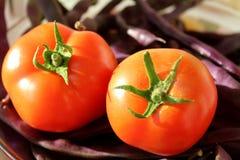 Κόκκινες ντομάτες και μπλε φασόλια στοκ φωτογραφία με δικαίωμα ελεύθερης χρήσης