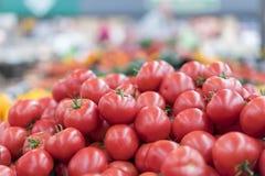Κόκκινες ντομάτες σε μια υπεραγορά ακατέργαστες ντομάτες στην αγορά Φρέσκες κόκκινες ντομάτες στην υπεραγορά Στοκ Εικόνες
