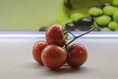 Κόκκινες ντομάτες στον πίνακα στοκ φωτογραφίες