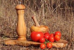 Κόκκινες ντομάτες στο ξύλινο πιάτο Στοκ Φωτογραφία