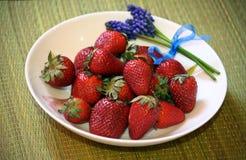 Κόκκινες νόστιμες φράουλες σε ένα πιάτο Στοκ Φωτογραφία