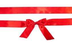 Κόκκινες οριζόντιες κορδέλλες δώρων και πολυτελές τόξο Στοκ φωτογραφία με δικαίωμα ελεύθερης χρήσης