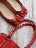 Κόκκινες λουστραρισμένες με λάκκα παπούτσια και τσάντα Στοκ φωτογραφία με δικαίωμα ελεύθερης χρήσης
