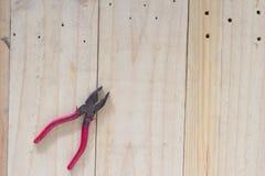 Κόκκινες πένσες στο ξύλινο υπόβαθρο Στοκ φωτογραφίες με δικαίωμα ελεύθερης χρήσης