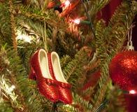 Κόκκινες παντόφλες και διακοσμήσεις Χριστουγέννων σφαιρών Στοκ φωτογραφίες με δικαίωμα ελεύθερης χρήσης