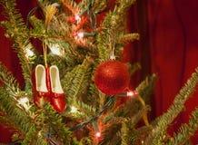 Κόκκινες παντόφλες και διακοσμήσεις Χριστουγέννων σφαιρών Στοκ Εικόνα