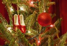 Κόκκινες παντόφλες και διακοσμήσεις Χριστουγέννων σφαιρών Στοκ Φωτογραφία