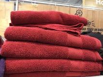 Κόκκινες πετσέτες βαμβακιού στοκ εικόνα με δικαίωμα ελεύθερης χρήσης