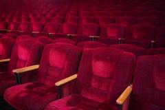 Κόκκινες πολυθρόνες βελούδου στην κενή αίθουσα συνεδριάσεων Στοκ Εικόνες